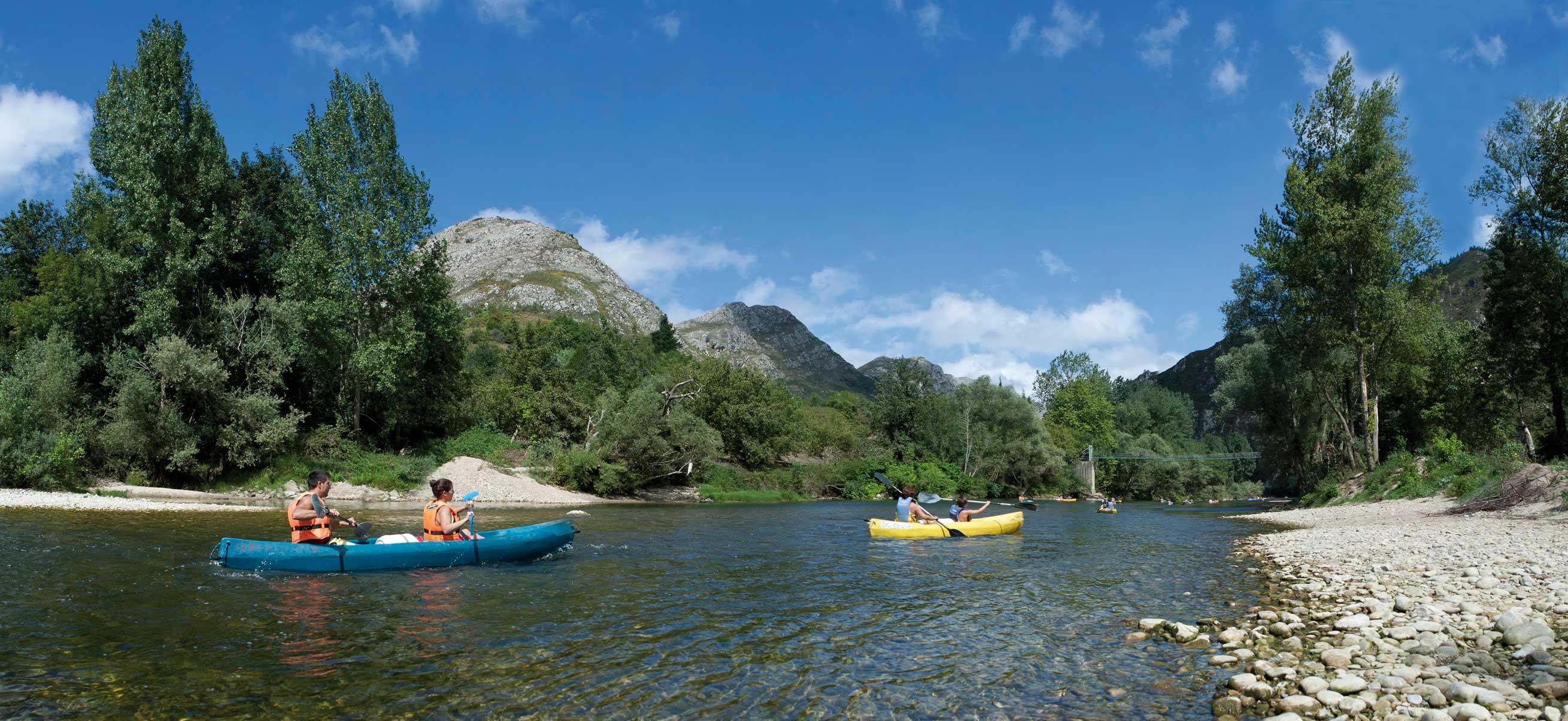 Dos parejas descendiendo río Sella en canoas