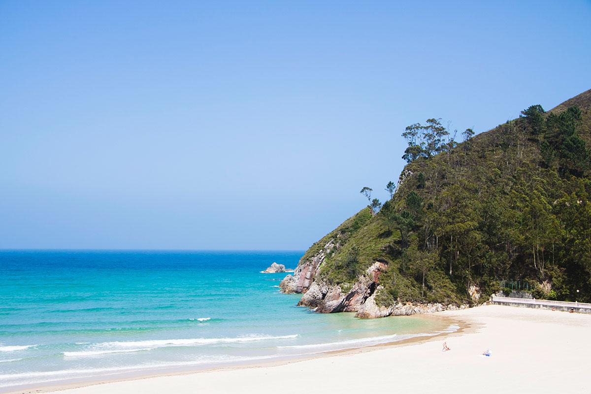 Vista lateral de La Playa de La Franca en un día soleado