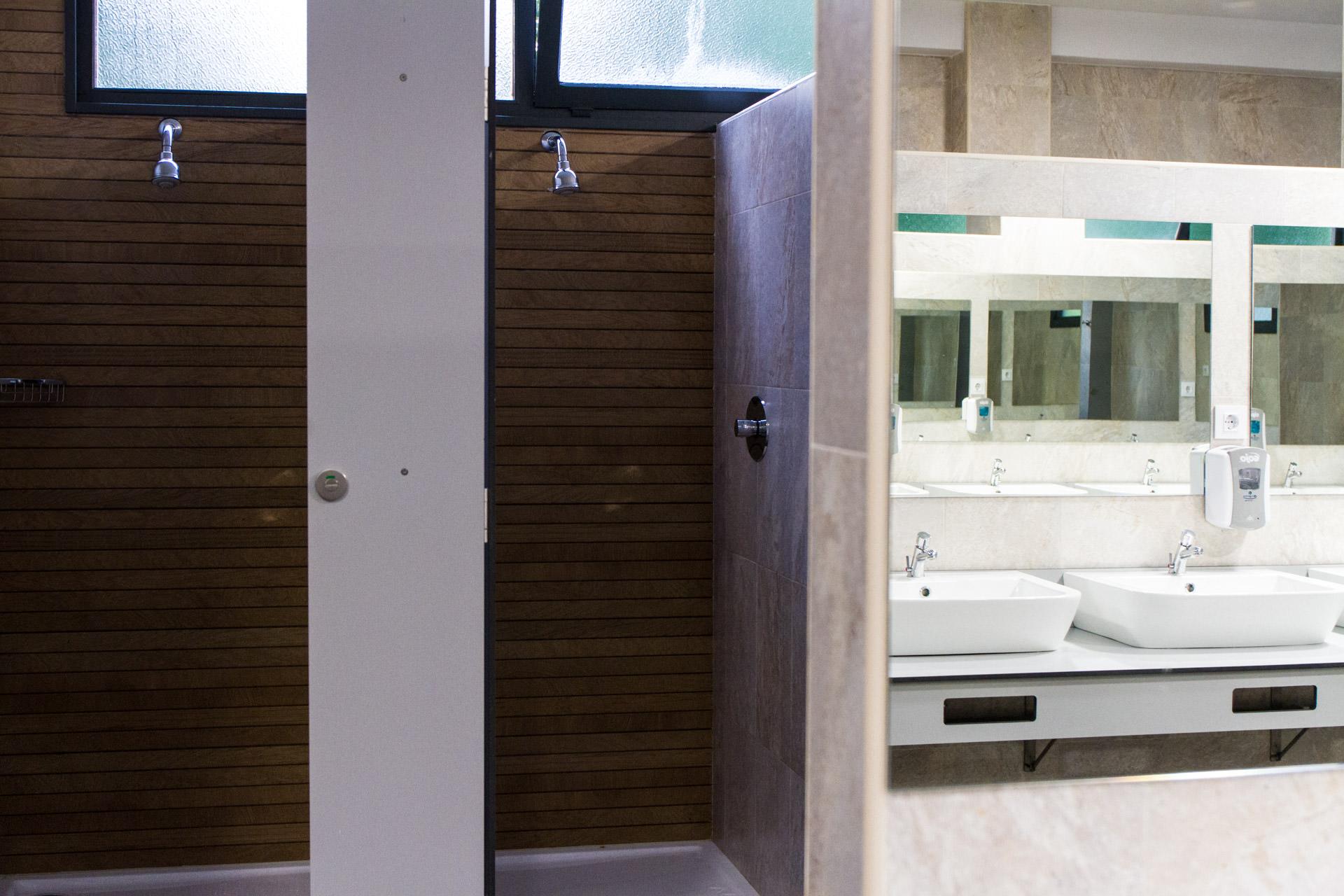 Vista del interior de las duchas y los lavabos