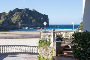 Vista de la Playa de La Franca y de la Terraza de la cafetería del Camping Las Hortensias sección reservas