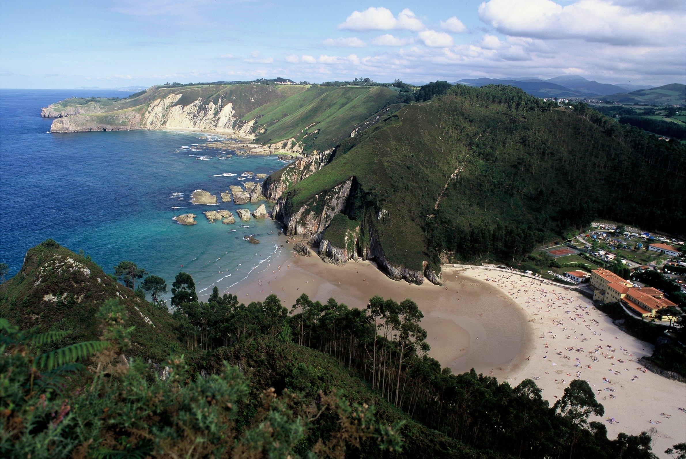Vista aérea de La Franca con la playa, el mar, el Hotel Mirador de la Franca y el Camping Las Hortensias