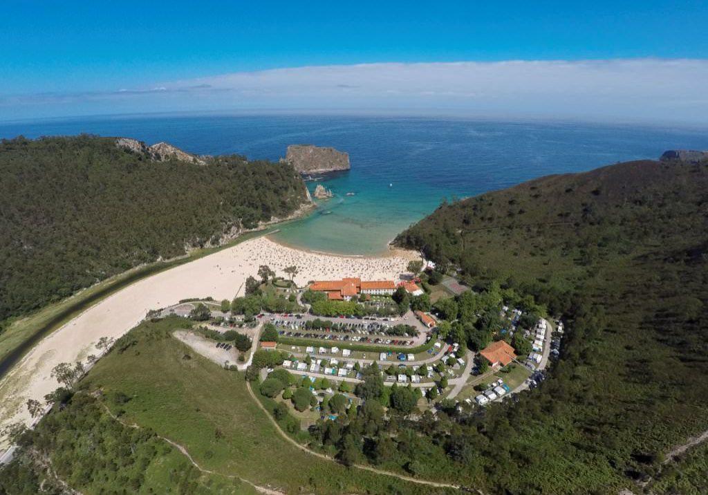 Visra aérea del la Playa de la Franca con el arenal, el mar, el Hotel Mirador de la Franca y El Camping Las Hortensias